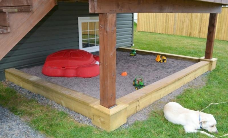 Sandkasten selber bauen unter der Veranda