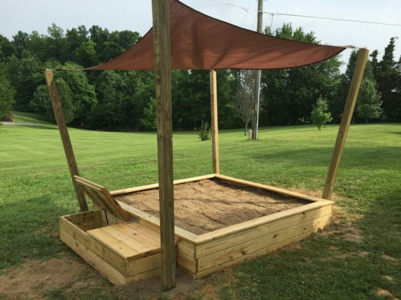Sandkasten aus Holz mit Abdeckung