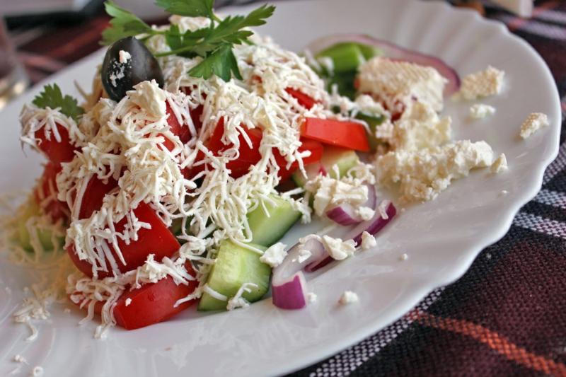 traditionalle bulgarische Gerichte Schopska Salat
