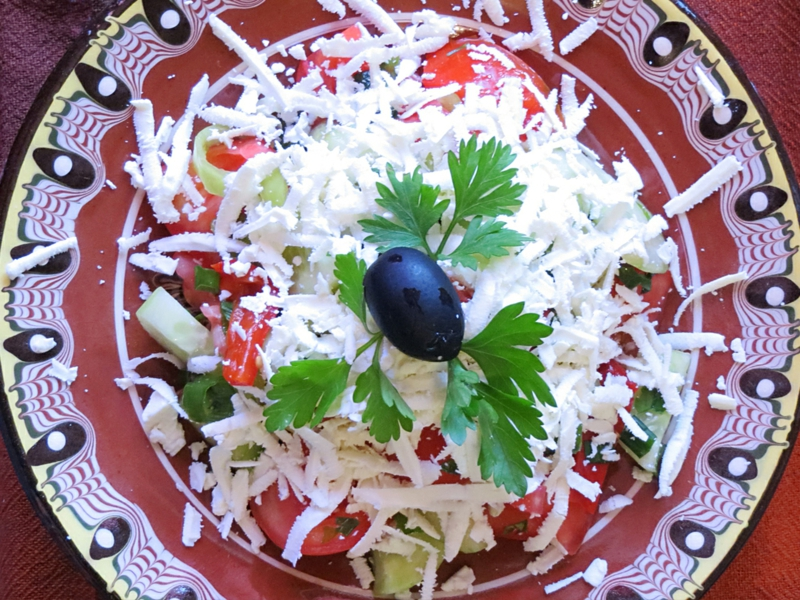 DIY Schopska Salat Käse Petersilie schwarze Oliven