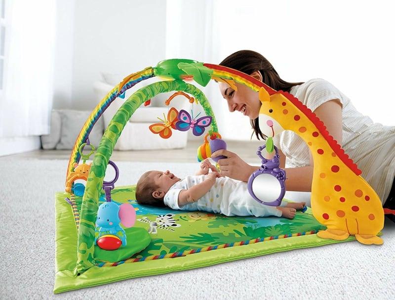mit dem Baby spielen