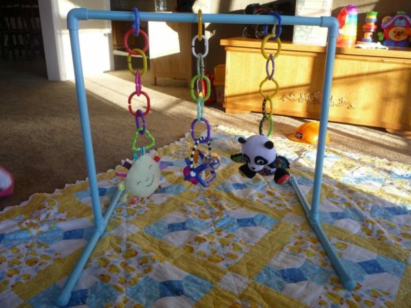 Spielbogen machen Spielsachen aufhängen