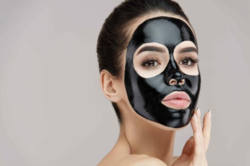 schwarze Gesichtsmaske wirkungsvoll
