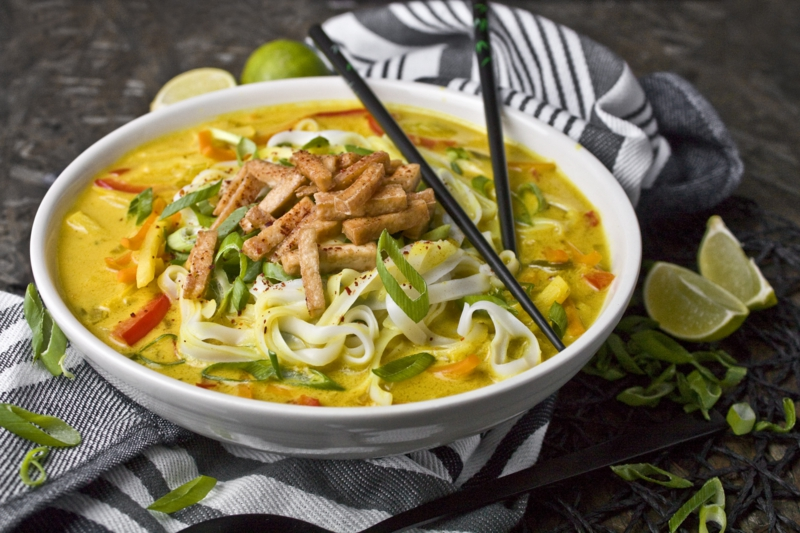 Asia Curry Suppe mit Reisnudeln und Hähnchen