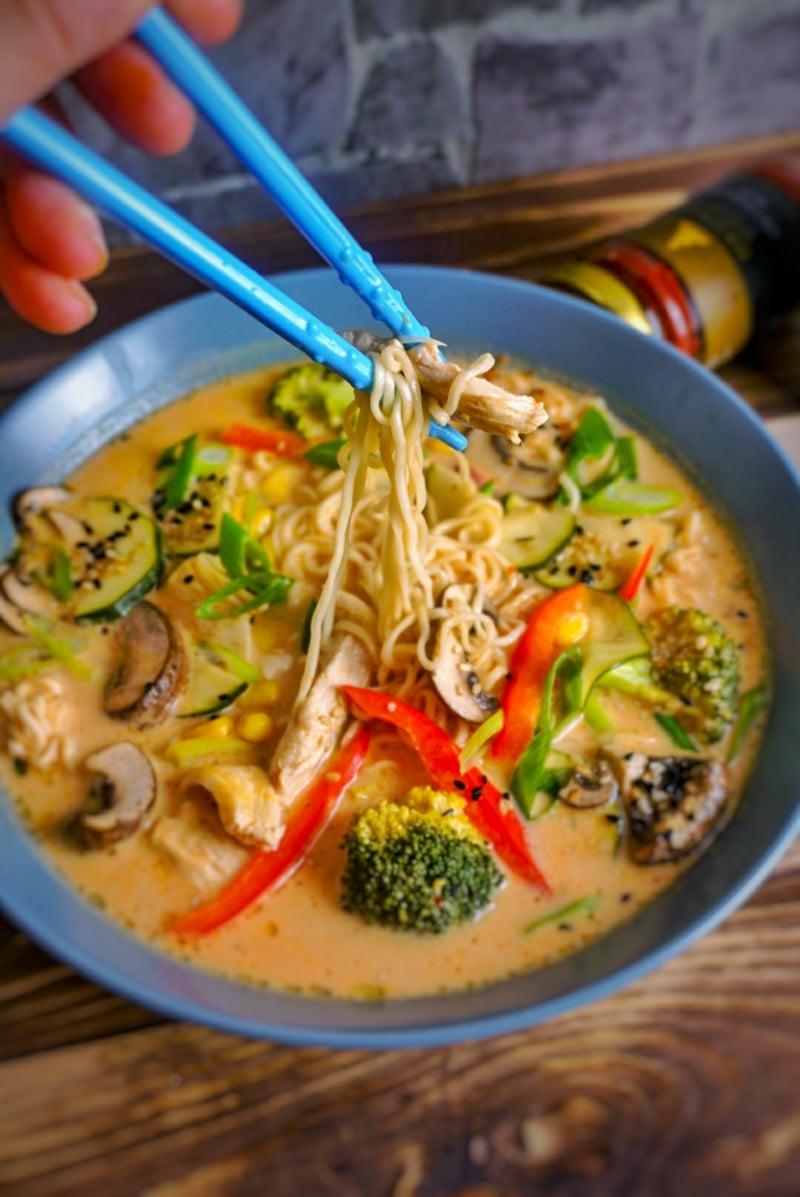 Suppe mit Gemüse und Reisnudeln