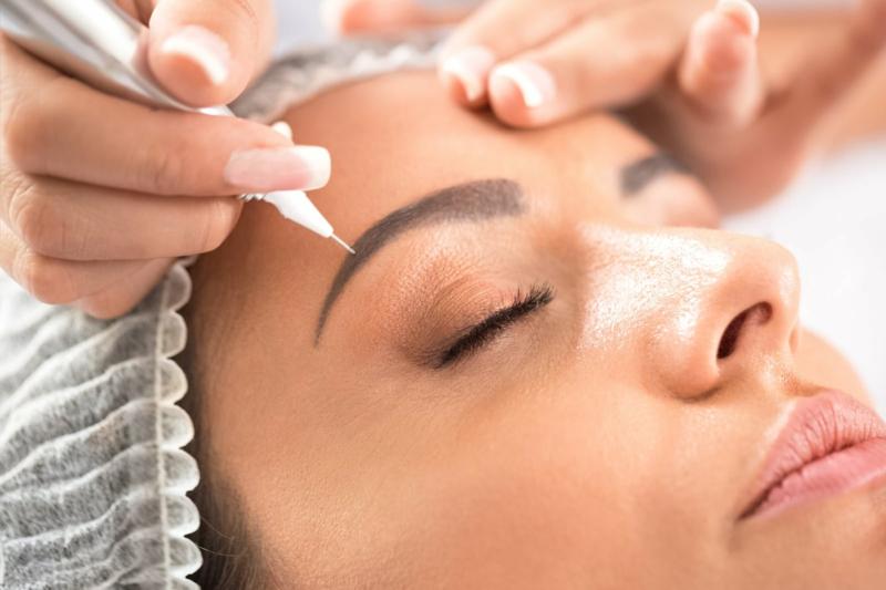 Microblading Behandlung Kosmetikerin