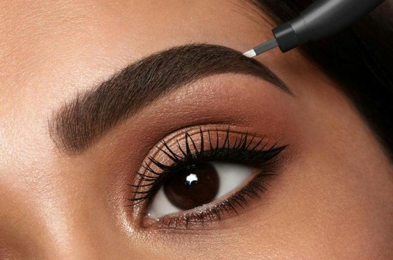 Microblading für schöne und dichte Augenbrauen