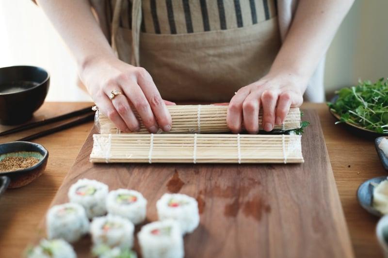 Sushi aufrollen Bambusmatte