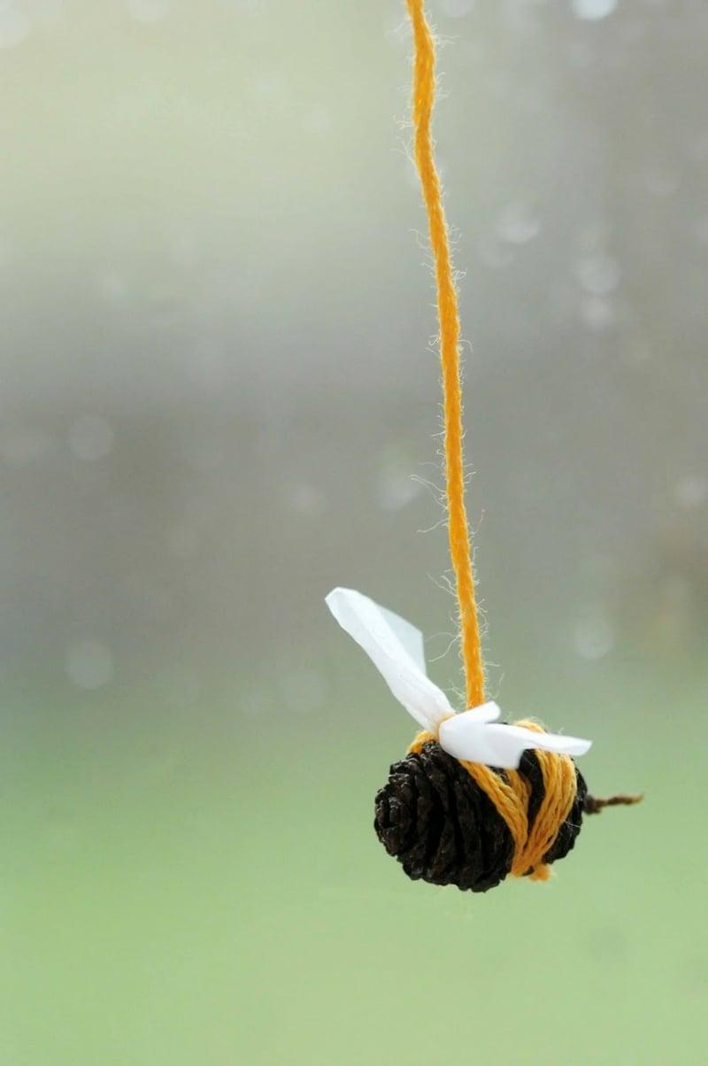 Bienen basteln Zapfen Garn