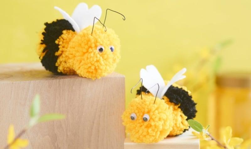 Bienen basteln aus Pom Poms Kinderspielzeug