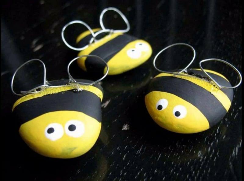 Bienen basteln aus Steinchen