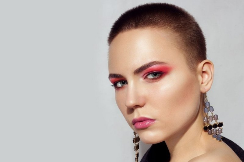 Buzz Cut Make-up auffällig