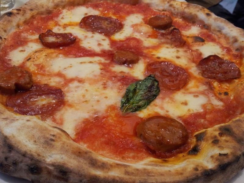 Chorizo Pizza mit Mozzarella und Basilikum
