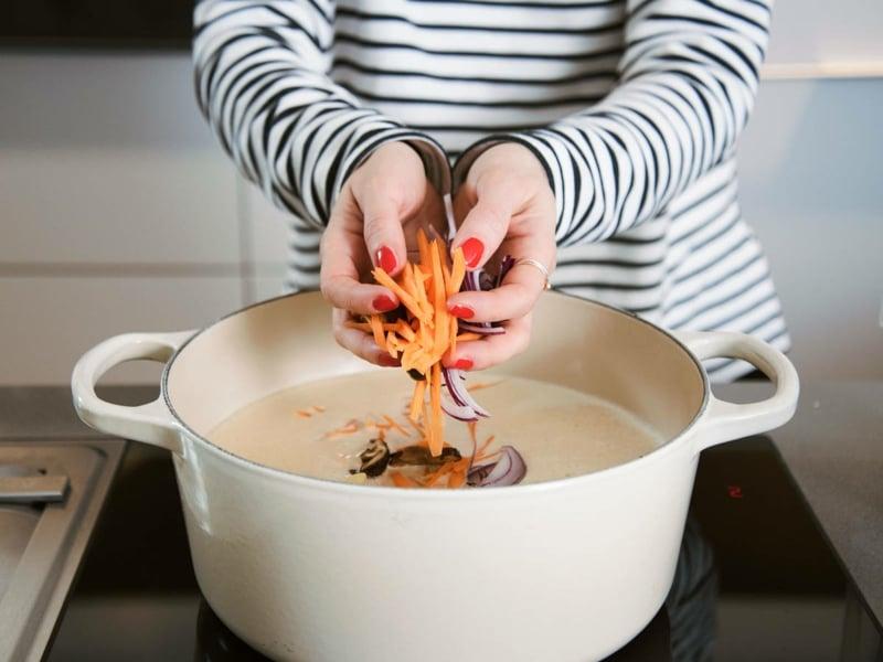 Thai Kokos Suppe Gemüse hinzufügen