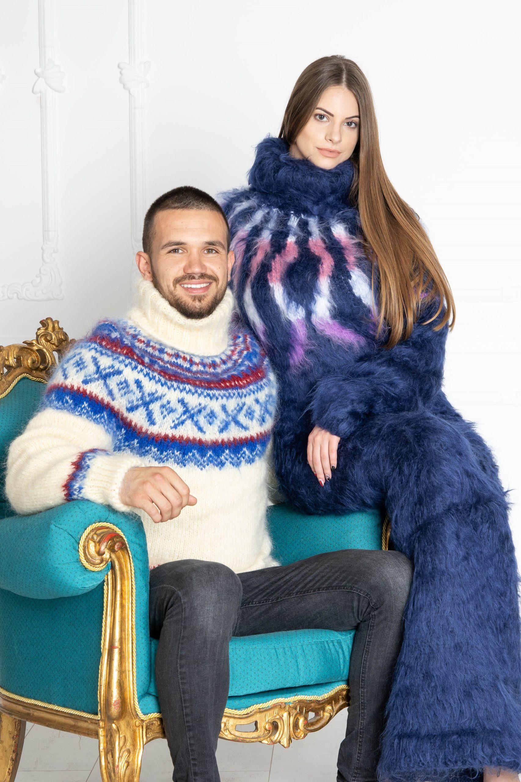 Gestrickte Pullover in bunten Farben