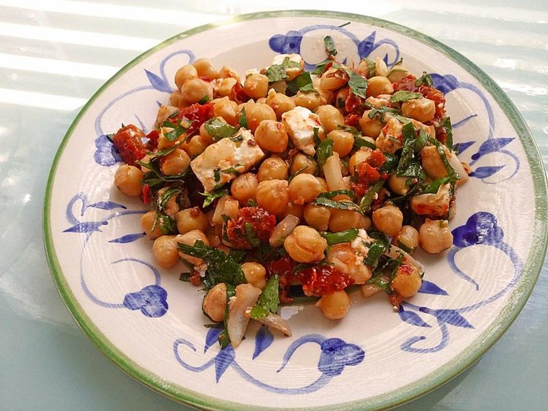 Salat mit Kichererbsen Serviervorschlag