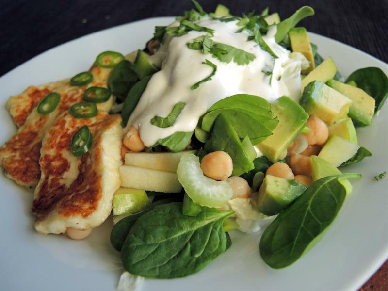 Salat mit Kichererbsen und Yoghurt Dressing