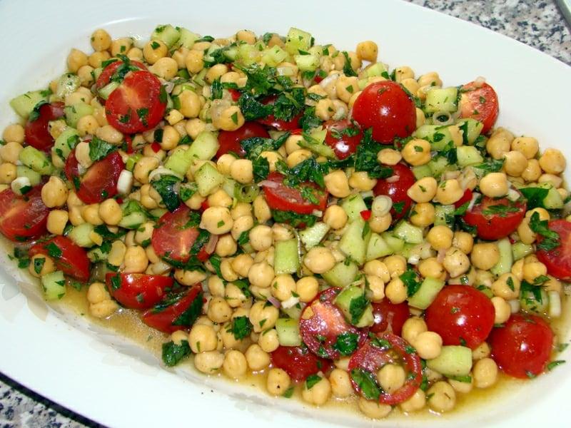 Salat mit Kichererbsen und Kirschtomaten
