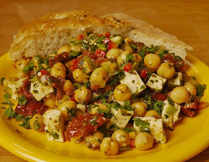 Salat mit Kichererbsen und leckerer Vinaigrette