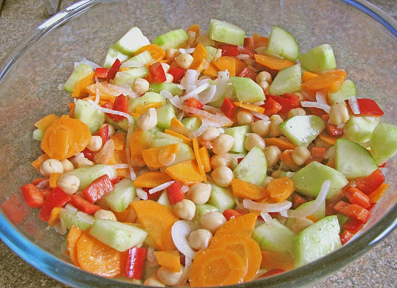 Kichererbsesalat mit Möhren und Gurke