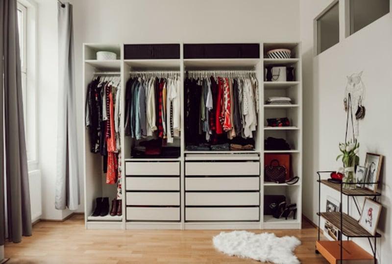 offener Kleiderschrank von IKEA