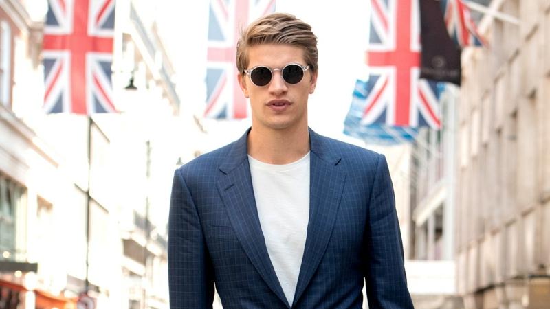 Blazer, T-Shirt und Sonnenbrillen