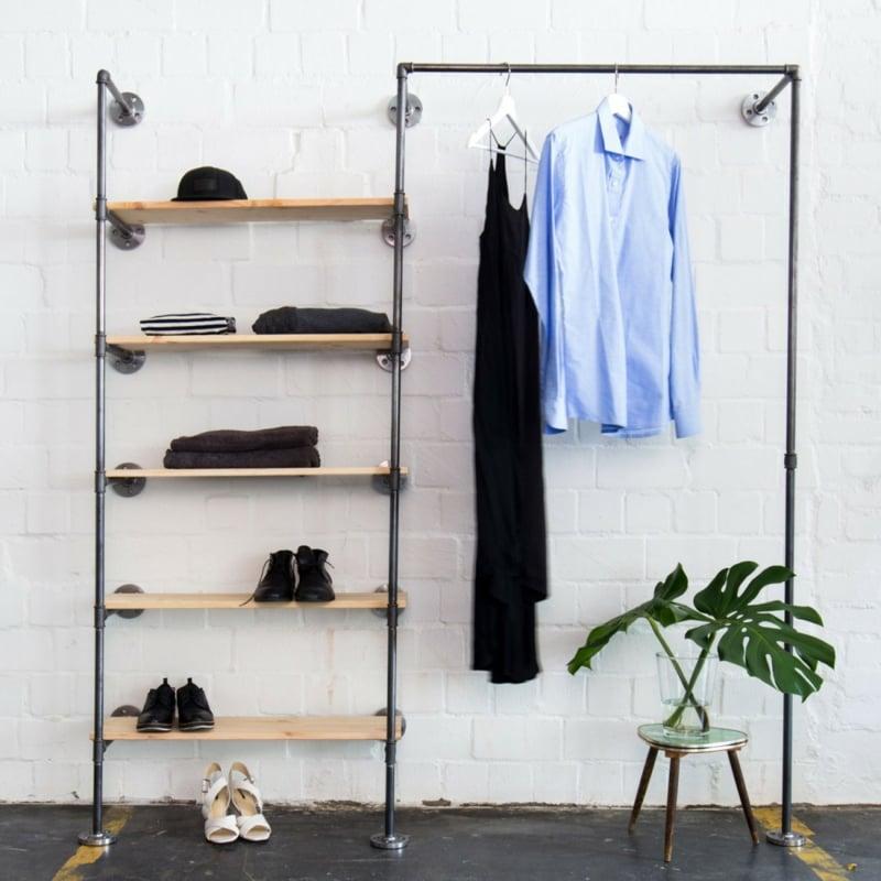 offener Kleiderschrank im industriellen Stil