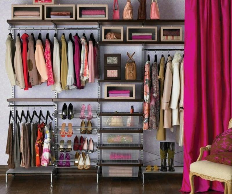Kleidung und Accessoires anordnen