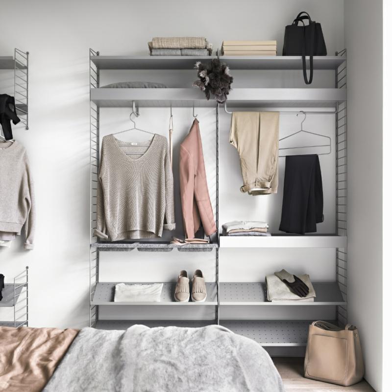 offener Kleiderschrank Kleidunf anordnen