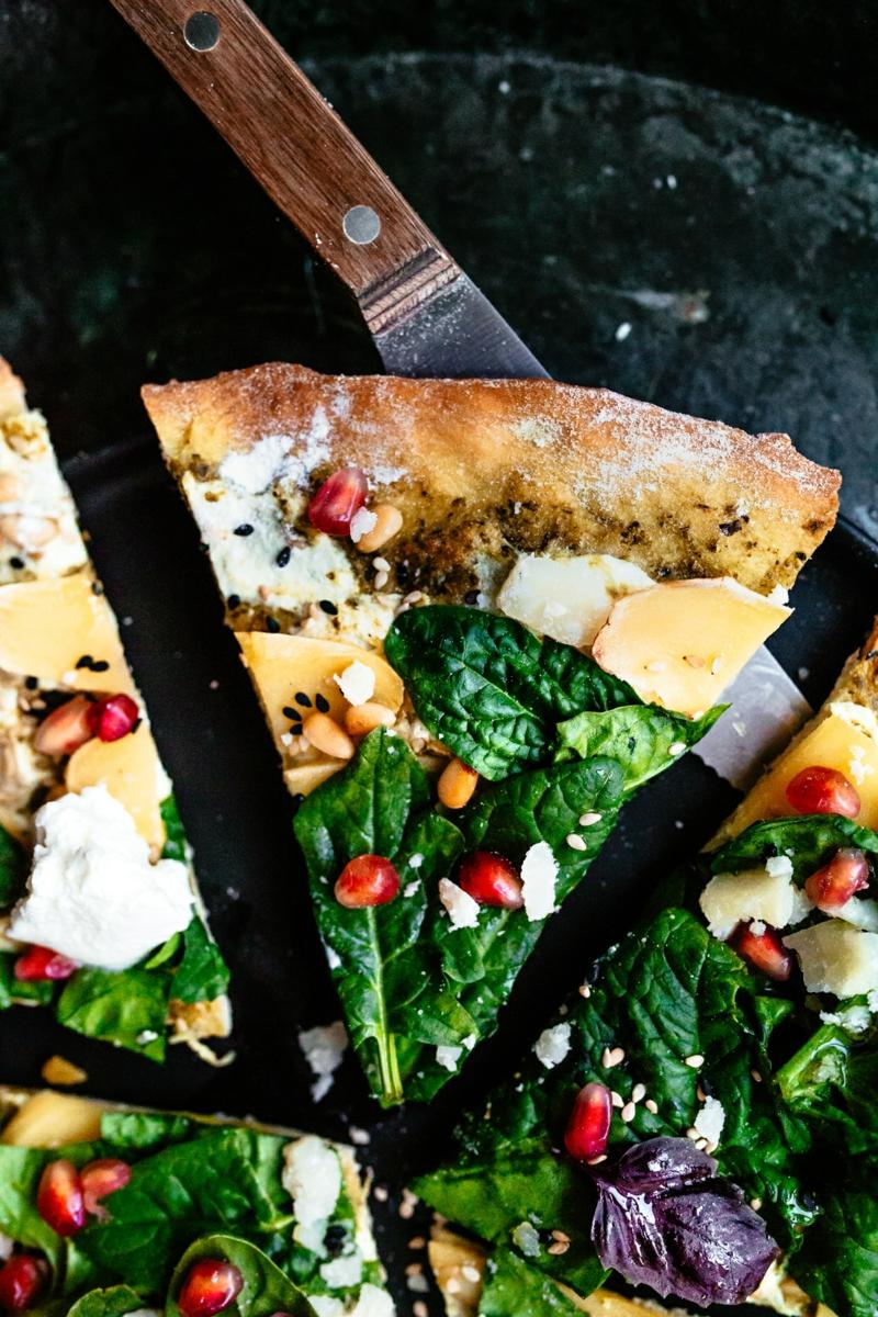 Blattspinat Pizza mit Granatapfelkernen
