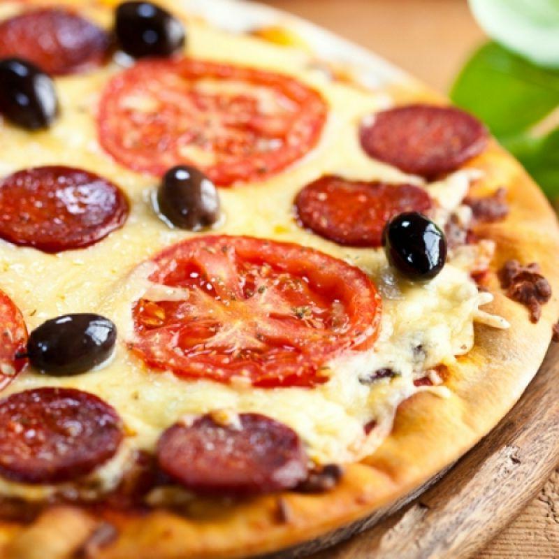 leichte Pizza mit Tomaten und Mozzarella