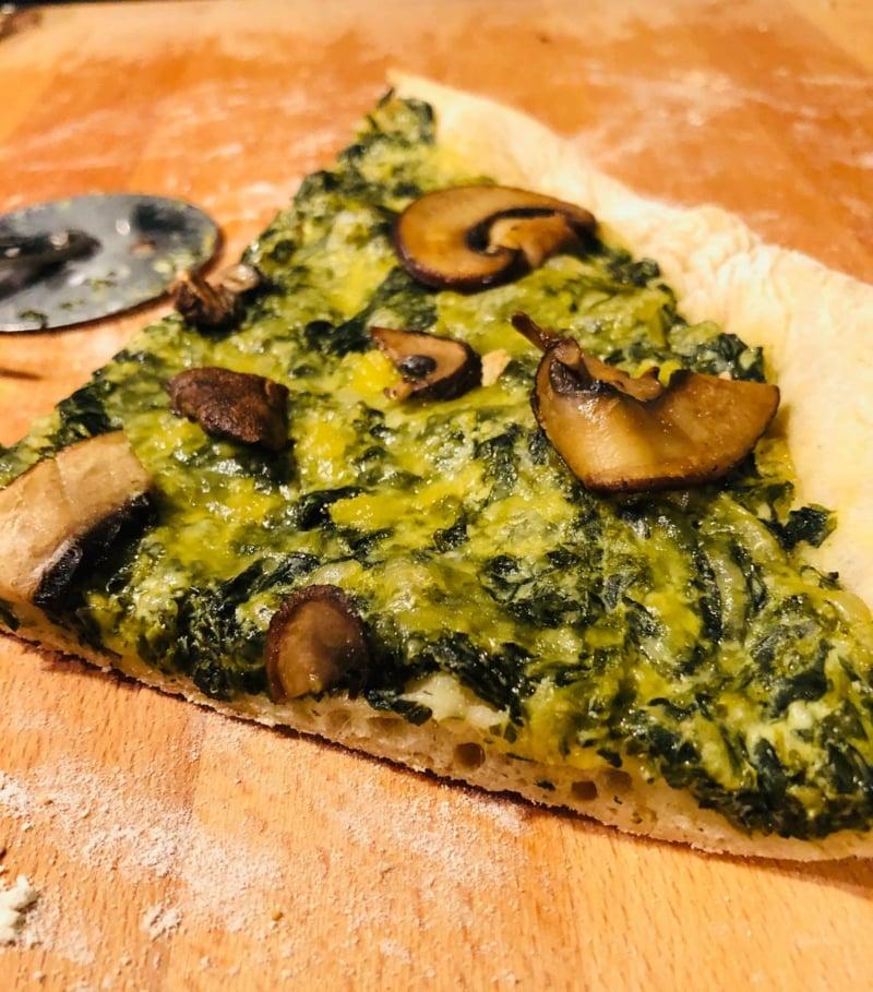 Pizza mit Spinat, Pilzen und Knoblauch