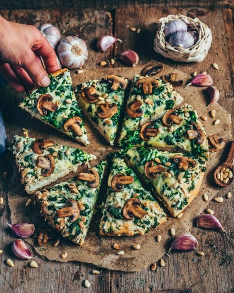 Blattspinat Pizza mit Pilzen Rezept