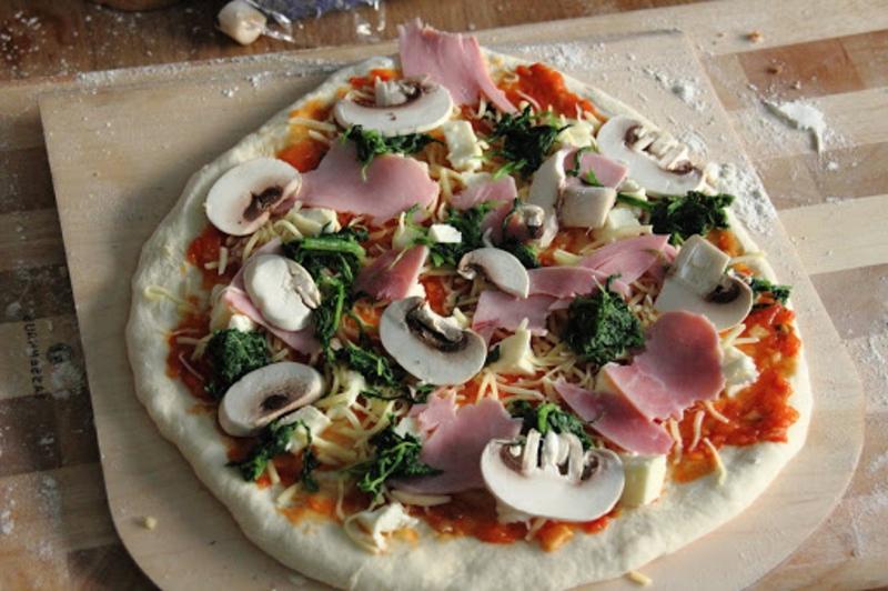 Pizza belegen Schinken Pilzen