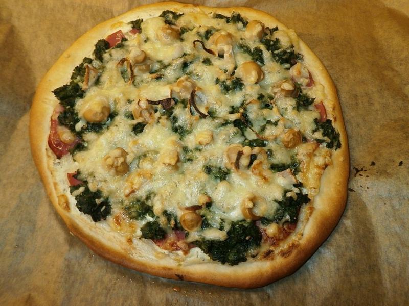 leckere Pizza mit Spinat und Pilzen