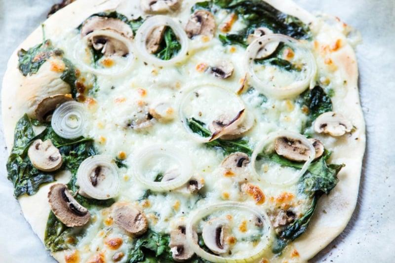 Blattspinat Pizza mit Zwiebeln und Schmelzkäse