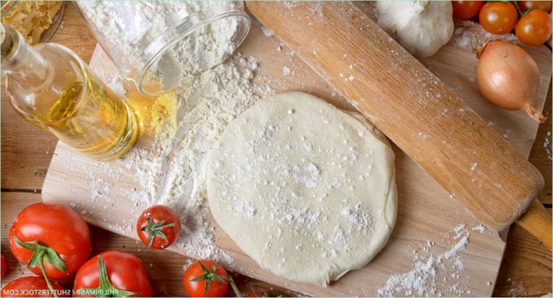Pizzateig ausrollen mit dem Nudelholz