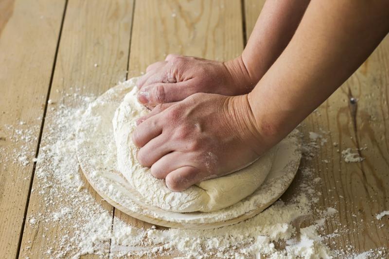 Pizzateig kneten und ausrollen