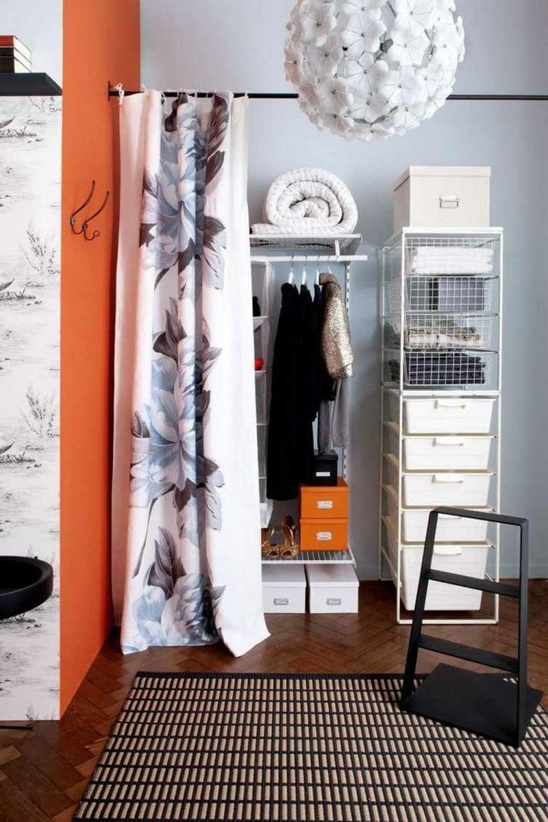 offener Kleiderschrank hinter Vorhang verstecken
