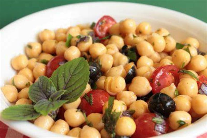Salat mit Kichererbsen und Tomaten