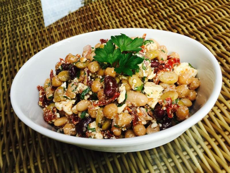 Salat mit Kichererbsen und getrockneten Tomaten