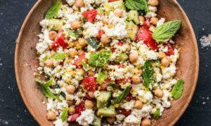 Salat mit Kichererbsen und Feta Käse