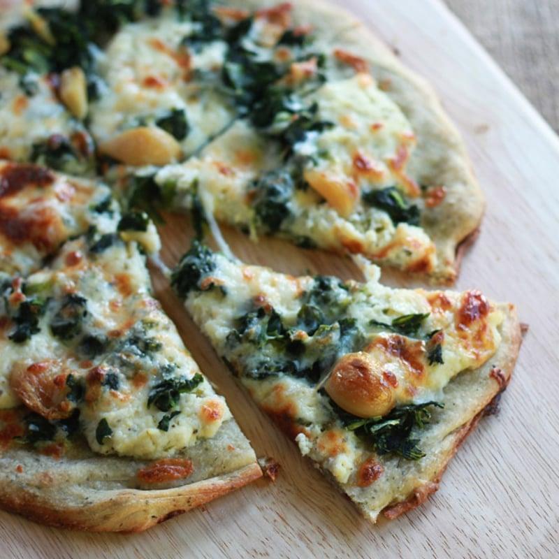 Blattspinat Pizza mit Schmelzkäse