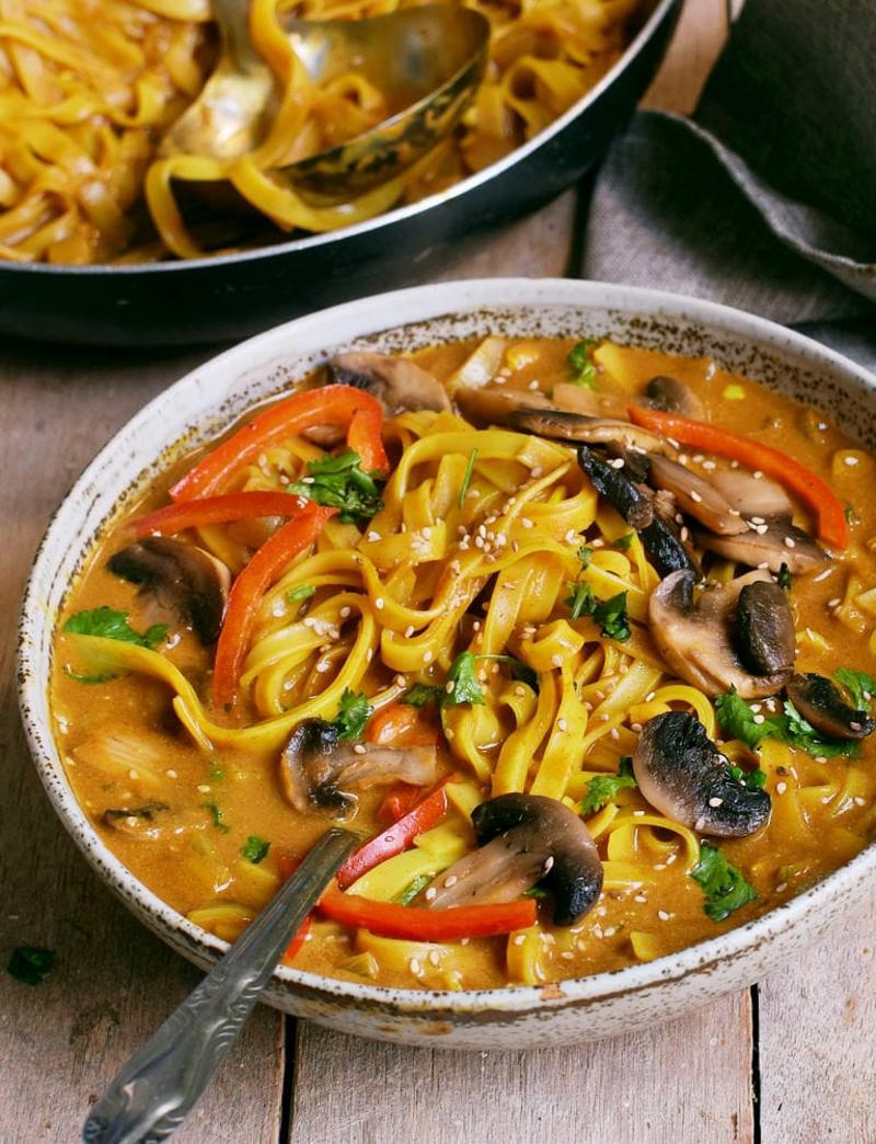 Thai Kokos Suppe mit Gemüse und Nudeln