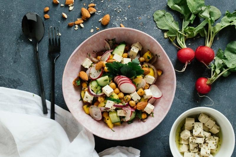 Salat mit Kichererbsen und Radieschen