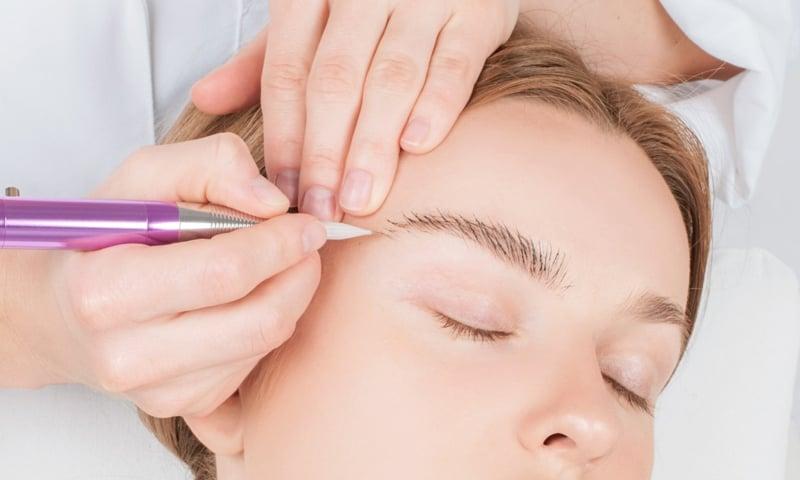 Microblading machen bei einer Kosmetikerin
