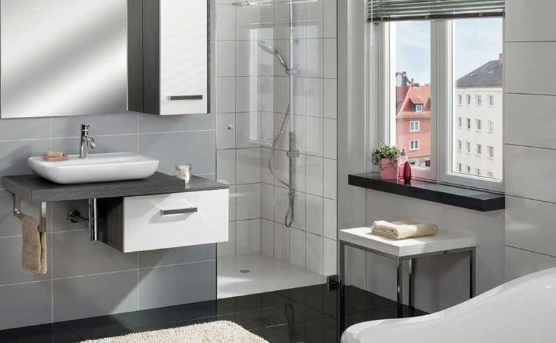 kleines Badezimmer mit Glasduschkabine