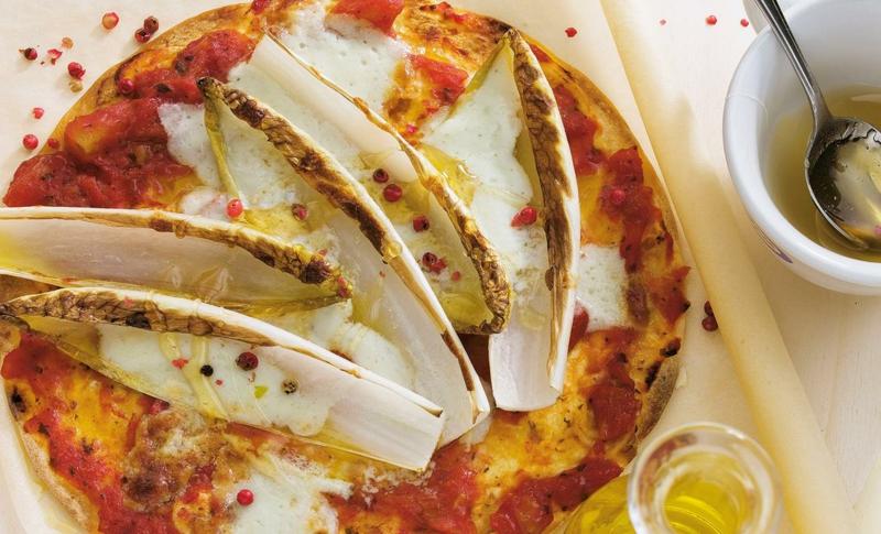 Pizza mit Gorgonzola und Chicoree