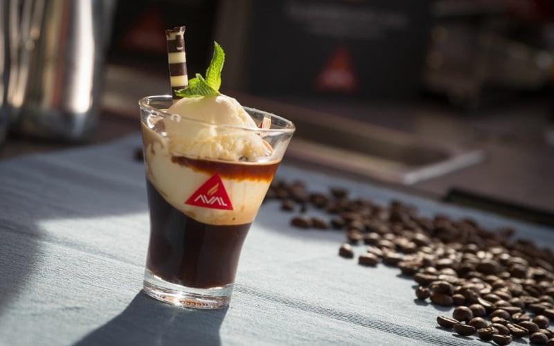 Vanilleeis mit Espresso servieren