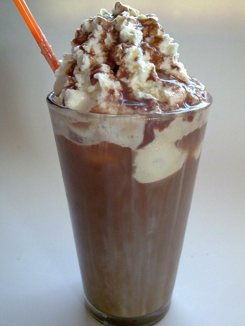 Vanilleeis mit Espresso und Pistazien